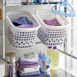 奥行たっぷり ステンレス棚の洗濯機ラック 棚2段・洗濯バスケット2個・幅70~89cm 置き場所にこまるバスケットも洗濯機の上にしまえば省スペースでとても便利です。