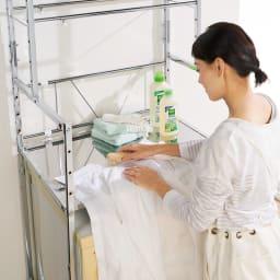 奥行たっぷり ステンレス棚の洗濯機ラック 棚2段・洗濯バスケット2個・幅70~89cm 作業に便利!棚はステンレス製なので錆びにくく、部分洗いなどの作業スペースとしても活躍します。