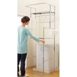 奥行たっぷり ステンレス棚の洗濯機ラック 棚2段・洗濯バスケット2個・幅70~89cm 洗濯機を置いたまま、簡単に設置できます。