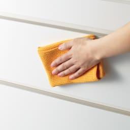 家事がしやすい サポート引き出しサニタリーチェスト ロータイプ 幅75.5cm 前面は光沢感があり、お手入れ簡単です。