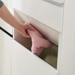 組立不要 洗濯カゴ付き2in1光沢サニタリー収納庫 ロータイプ 幅73cm 【スイング扉】 衣類の目隠しにもなる片手で放り込めるスイング式です。見た目もスッキリで清潔な洗面所を演出します。