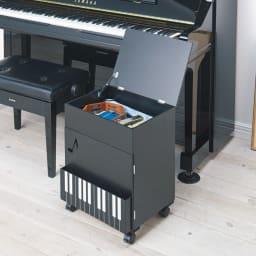 鍵盤柄 ピアノの下にぴったり楽譜キャビネット コーディネート例(ア)ブラック 上部には深さ約10cmの収納がありB4サイズも収納可能。賞状やDVD、メトロノームなども収まります。
