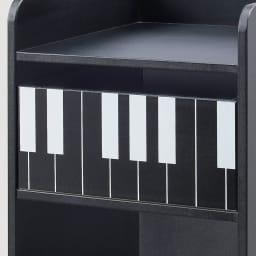 鍵盤柄ピアノ下楽譜キャビネット ハイタイプ 引き出しの鍵盤デザインがアクセントになっています。