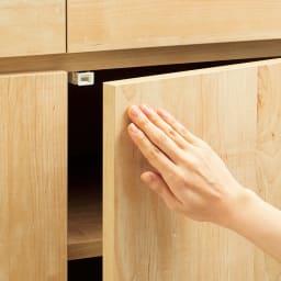 ホームライブラリーシリーズ キャビネット 幅80cm  突っ張りタイプ 扉は、軽くプッシュしてスムーズに開閉できます。