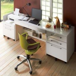 北欧風 昇降式スタイルオフィスチェア 差し色におしゃれなオリーブカラー。統一されたホワイトオフィスに遊び要素を加えたインテリアで効率よく仕事できそう。