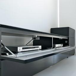パモウナBW-200 輝く光沢のモダンリビングシリーズ テレビ台 幅200cm 取っ手のない前面扉はプッシュ開閉のフラップ式。閉めたままデッキ類のリモコン操作ができます。デッキ収納部仕切り板には便利なコンセント付き。