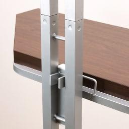 テレビ上の空間を有効活用できる突っ張り式スペースラックコーナー用 幅90cm・2段 棚板は簡単取り付け。支柱部に棚の金属部分を引っ掛けるだけ。
