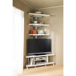 テレビ上の空間を有効活用できる突っ張り式スペースラック コーナーシェルフ 幅90cm・3段 テレビ台との組み合わせでより効率の良い収納が実現します。
