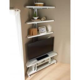 テレビ上の空間を有効活用できる突っ張り式スペースラック コーナーシェルフ 幅90cm・3段 コーナーに収納スペースを。ディスプレイもかご収納も楽しめる突っ張り家具です。別売のテレビ台との組み合わせがおすすmです。