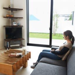 テレビ上の空間を有効活用できる突っ張り式スペースラック コーナーシェルフ 幅90cm・3段 デッドスペースになりがちな壁面を天井まで有効活用。お気に入りのスペースに。