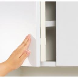 LEDライト付きコレクションシェルフ PCデスク 幅58cm 扉はプッシュ式で、防塵フラップも装備。