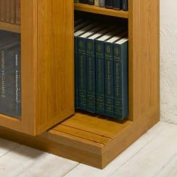 本格仕様 快適スライド書棚 オープン・上置き付き 2列 前面のスライド書棚を前レールに乗せ棚板状態。後ろの書棚との間を広げることができ、奥行きが拡大、A4ファイルサイズもスッキリ収納することができます。 ◆前レールを使用すると、後ろの書棚の奥行きが、21.5cmから26.9cmに広がります。