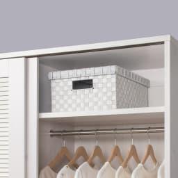 通気性の良い 引き戸ルーバーワードローブ 幅150cm 上棚は使用頻度の低いバッグや靴の収納など、便利に使えます。