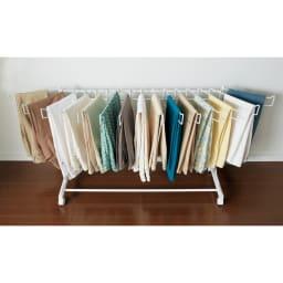 パンツ&ジーンズハンガーラック 15本掛け 幅105cm ハンガー部は左右に開くのでパンツが取り出しやすく掛けやすい仕様です。(ア)ホワイト