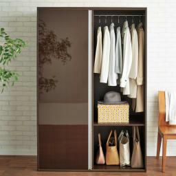 衣類をまとめて収納できる光沢仕上げタワーチェストクローゼットハンガー 幅105cm (イ)ダークブラウン 片引き戸仕様で開くとチェストが隠れます。(※写真は幅120cmタイプです。)