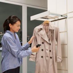 必要な時だけ引き出せるちょいかけハンガー付きクローゼット ハンガー1段引き出し2杯 幅60cm お気に入りのコートやシャツの休息スペースに。帰宅後に脱いだ衣服の湿気をとばすなどメンテナンスに便利。