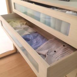 ブティックのような モダン桐クローゼットチェスト 幅100cm・4段 アイロンかけたてのカッターシャツを、しわをつけずに大切に保管できます。