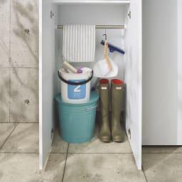エントランス納戸シューズボックス バー付き 幅80cm 底板がないので汚れたバケツや濡れた靴を置いても安心。