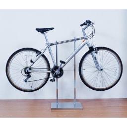 室内で使える ディスプレイサイクルスタンド 2台掛け スチール部が斜めになっているスローピングの仕様の自転車も対応です。(※写真は1台掛けタイプ)