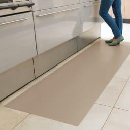 本革調キッチンマット【奥行60cm】 (イ)グレイッシュブラウン 空間になじみやすいグレイッシュブラウン。