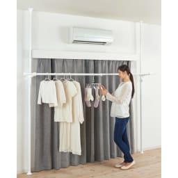 取付簡単窓枠突っ張り物干し 伸縮竿1本付き カーテンを閉めて夜干しも 夜間カーテンを閉めても干せる設計。時間や人目を気にせず、エアコンの効いた室内で快適に干せます。(※写真は取り扱いのないカラーになります)