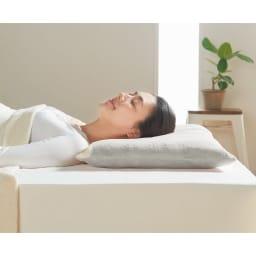 ストレートネックのための枕(カバー付き) 【ストレートネックとは】頸椎のカーブが損なわれ、歪んでまっすぐになった状態です。放っておくと頭痛や肩こり、吐き気、めまいなどの症状を引き起こすこともあります。※写真は低めタイプです。