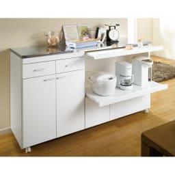 家電たっぷり収納ステンレス天板カウンター 幅149.5cm 使用イメージ(ア)ホワイト ステンレス天板とキャスター付きのワイドなサイズで作業台にも大活躍!狭いキッチンを効率よく活用する強い味方です。
