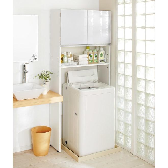 美しい光沢扉ですっきり隠せる ランドリーラック スタンドタイプ 清潔感のある洗面所にぴったりのホワイトの光沢感。洗濯機周りをすっきりさせたい方におすすめです。