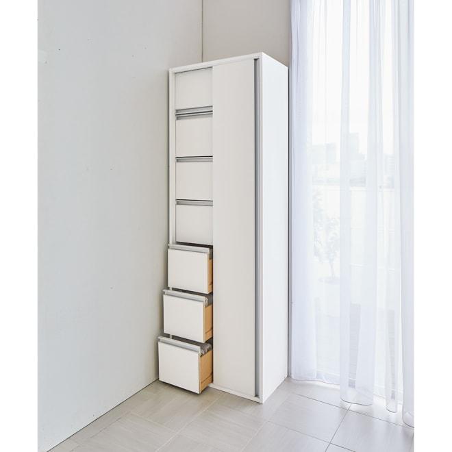 サニタリー片引き戸収納庫 幅60cm 物に合わせて「棚」と「引き出し」が使い分けられる大容量の収納庫。奥行35cmの薄型で、お部屋のコーナーにも違和感なく置けるデザインです。