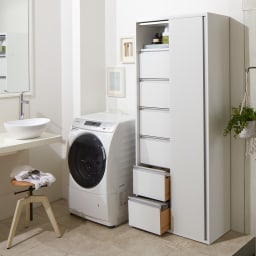サニタリー片引き戸収納庫 幅75cm 物に合わせて「棚」と「引き出し」が使い分けられる大容量の収納庫。奥行35cmの薄型ながら、180cmの高さを活かして狭い洗面所にも大量収納できます。