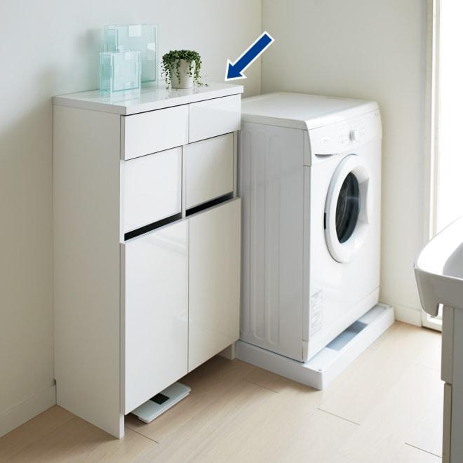 組立不要 洗濯カゴ付き2in1光沢サニタリー収納庫 ロータイプ 幅60.5cm 薄型で圧迫感のない洗面所収納です。洗濯かごと引き出しのダブルの収納力。使いやすさにこだわりました。 ※足元には高さ8cmの隙間がありヘルスメーターが入ります。