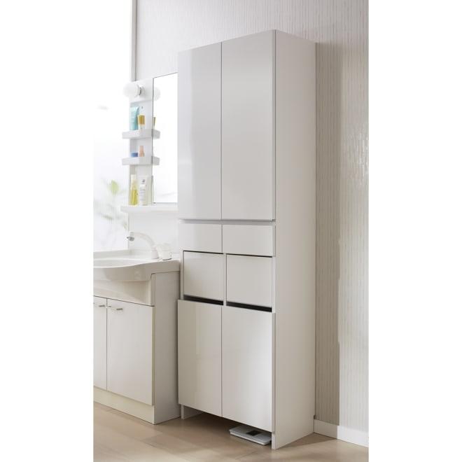 組立不要 洗濯カゴ付き2in1光沢サニタリー収納庫 ハイタイプ 幅60.5cm 洗濯かごとサニタリーチェストが1台になった清潔感あふれるアイデア洗面所収納です。 ※足元には高さ8cmのすき間があり、ヘルスメーターが入ります。