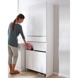 組立不要 洗濯カゴ付き2in1光沢サニタリー収納庫 ハイタイプ 幅73cm 洗濯かごとサニタリーチェストが1台になった清潔感あふれるアイデア洗面所収納です。 ※足元には高さ8cmのすき間があり、ヘルスメーターが入ります。