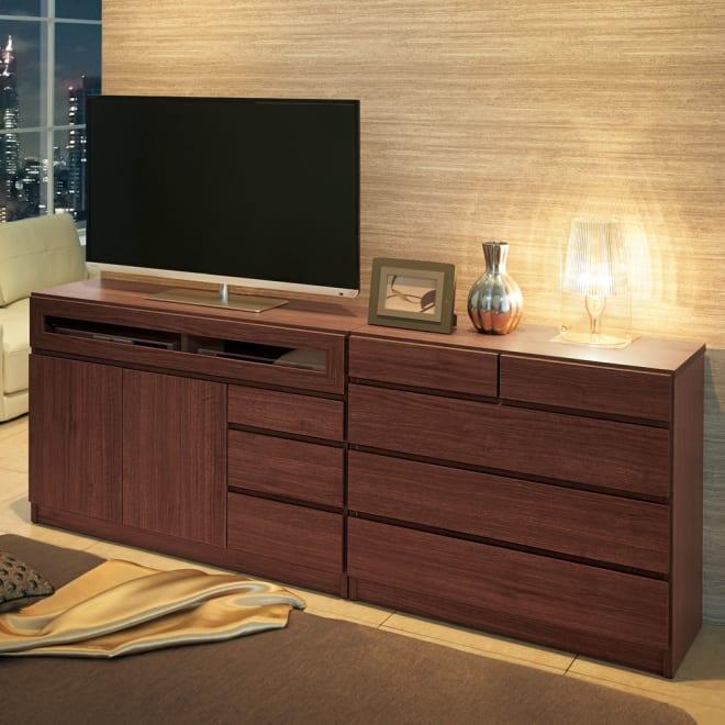 【完成品・国産家具】ベッドルームで大画面シアターシリーズ テレビ台 幅105高さ70cm コーディネート例(ウ)ダークブラウン ※お届けは写真左のテレビ台・幅105高さ70cmです。