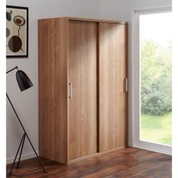 【オシャレな北欧風デザイン】天然木調 引き戸クローゼットハンガー 幅120cm (イ)ブラウン やさしい雰囲気のワードローブ。引き戸で扉が前に出ないので省スペースにお使いいただけます。