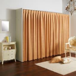 カーテン取り替え自在ハンガーラック 棚付きタイプ・幅128~205cm お部屋の雰囲気やインテリアに合わせてカーテンが簡単に付け替えられます。※お好みのカーテンを使用した場合。 ※写真は棚付き188~305cmタイプです。
