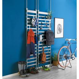 玄関をおしゃれに飾れる 天井突っ張り壁面ディスプレイハンガー 幅60cm コーディネート例(ウ)シルバー よく使うお出かけ小物を一箇所にまとめれば支度もスムーズ。 ※お届けは写真右の幅60cmです。アクリル棚は別売りになります。