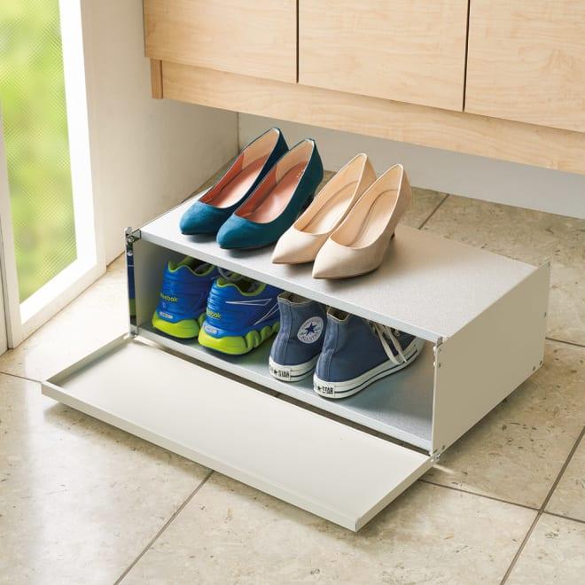 前板が手前に開いて出し入れラクラク 下駄箱下シューズ片付けワゴン 幅60cm (ア)オフホワイト 棚板をフラットにすれば下段に高さのある靴が収納できます。
