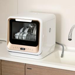 【ディノス先行販売】水栓工事のいらない食器洗浄乾燥機 販路限定カラー 水切り感覚で置けるコンパクト設計。約幅42奥行43.5cmさえあれば置けるので、スペースが限られている方にもおすすめです!