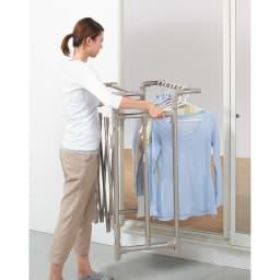 ミニマムビッグ物干し シルバー・キャスター付(室内用) 低いまま使えば、洗濯物がかかったままでも移動がカンタン。(※写真はシャンパンゴールド・キャスターなしです)