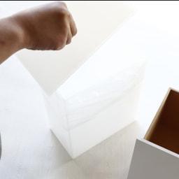 アクリルダストボックス付きマスク収納 レギュラーサイズ ダストボックスの袋を交換する際は本体の一部をスライドさせて取り出します。