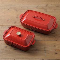 BRUNO/ブルーノ ホットプレート グランデサイズ 左の小さいのが従来から販売しているコンパクトサイズ。右側が新商品のグランデサイズ。ツールボックスのようなスタイリッシュな取っ手が特長。ゴールドの留め具がアクセントに。
