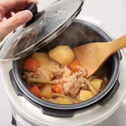 マイコン式電気圧力なべ 容量4.0L 「煮込み」モード時にはふたを開けたまま加熱できるので、煮詰めることもできます。