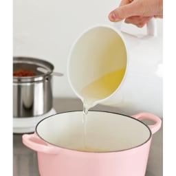 一度でたっぷり濾せる野田琺瑯のオイルポット 注ぐ時はフタと目皿を外して。液だれせずにすっきりと注げます。