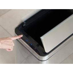 自動で開閉センサー付き ダストビン 縦型30L(保証3年付き) EKO デラックスファントム 蓋をあけっぱなしにしたいときはタッチボタンを押すと開いたままになります。閉めるときは閉じるボタンを押してください