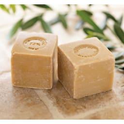 5つ星ラベル☆☆☆☆☆「真羽毛」という称号を得た羽毛を採用 「まごころ UMOU FUTON(羽毛布団)」掛け布団 洗顔石鹸としても有名なフランスの老舗・マリウスファーブルジューン社の天然植物性マルセイユ石鹸を使用。着色料・香料・添加剤不使用の100%天然植物性油脂で、オリーブオイルがたっぷり含まれているので低刺激かつ保湿力が高いのも特長。