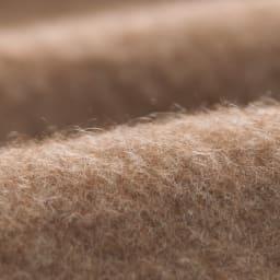 洗える無染色カシミヤ(毛羽部)  ホワイトカシミヤ使用掛け毛布 【素材アップ】ブラウンカシミヤ面:ふわりと軽くて暖か 寒暖の差が激しい山岳地帯に住むカシミヤの毛は保温性が高く、掛け心地も軽やかです。