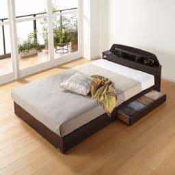 フランスベッド 棚照明付きベッド 羊毛綿入りマルチラススプリングマットレス付き (使用イメージ)(ア)ダークブラウン ※写真はセミダブルタイプです。