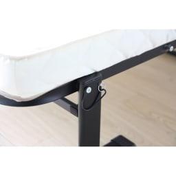 組立不要 立ち座りしやすい折りたたみベッド 折り畳みの時には、勝手に開いて事故がおきないように、開き留めの安全ピンが付いています。