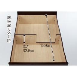 跳ね上げ式深型収納畳ベッド 棚ヘッド付き(高さ84cm) 客用布団も丸めたラグもベッド下に収納。中央仕切板のない箇所には、長さ189cmまでの長尺物が収納可能。